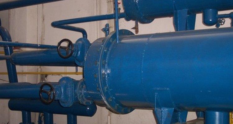 El agua más fría fluye a través de cambiadores de calor.