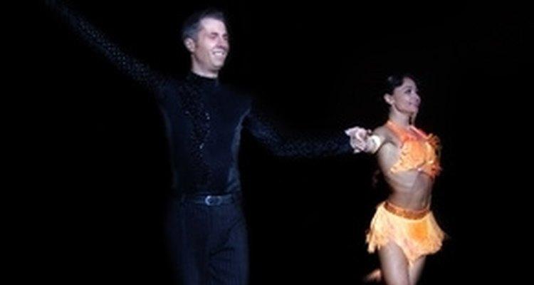 Casal se apresentando num passo de dança