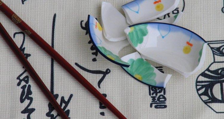 Lixe a louça quebrada para utilizá-la em projetos artesanais