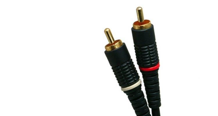 Cabos de áudio tipo RCA com conectores em suas extremidades