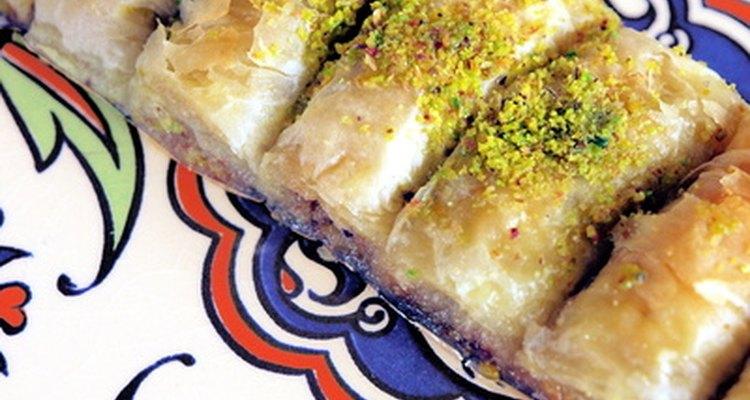 Baklava combina massa folheada com mel, nozes e açúcar.