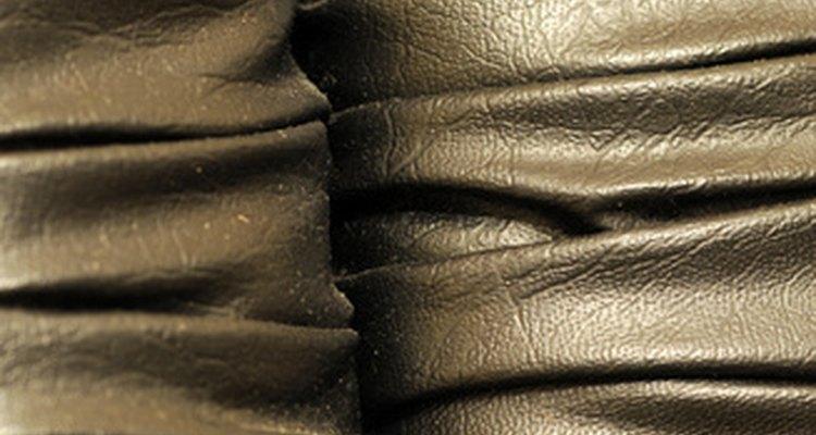Compre um conjunto de reparos para couro para achar um composto que combine com o seu material