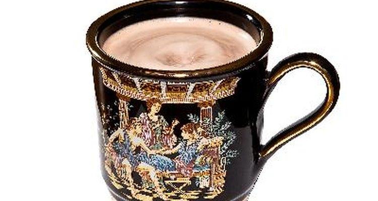 Disfruta de un momento para tomarte una taza de chocolate caliente.