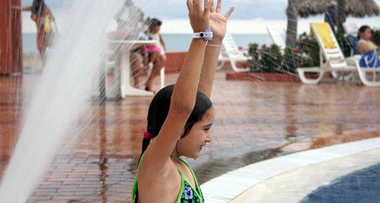 Prevén los peligros en la piscina con una supervisión cuidadosa.