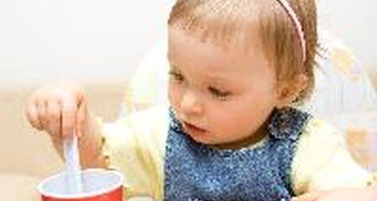 Los bebés aprenden jugando con su comida.