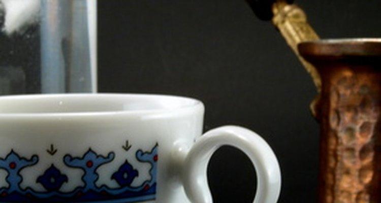 Após as refeições, é comum saborear um café turco com doces.