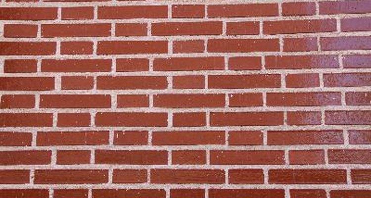 Los ladrillos en el exterior de una casa comúnmente tienen una textura plana que no brilla.