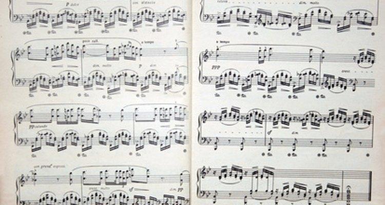 Notas ou acordes são escritos em partituras