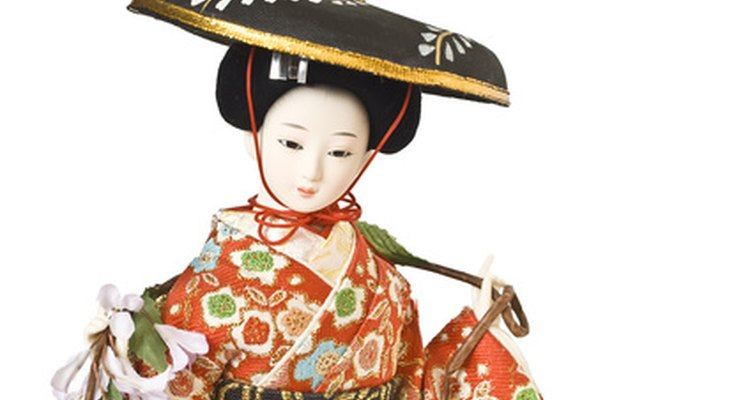 Geisha and samurai were popular figurines.