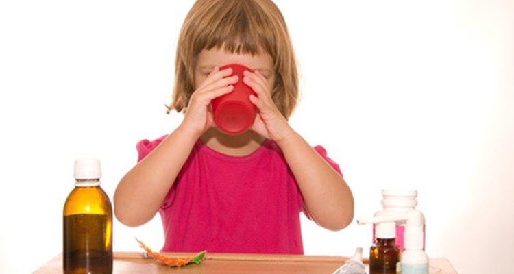 Sé paciente cuando tu hijo intente aprender a tragar pastillas.