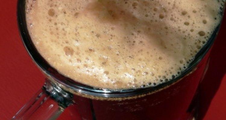 La cerveza de raíz es oscura y burbujeante con una tapa espumosa.