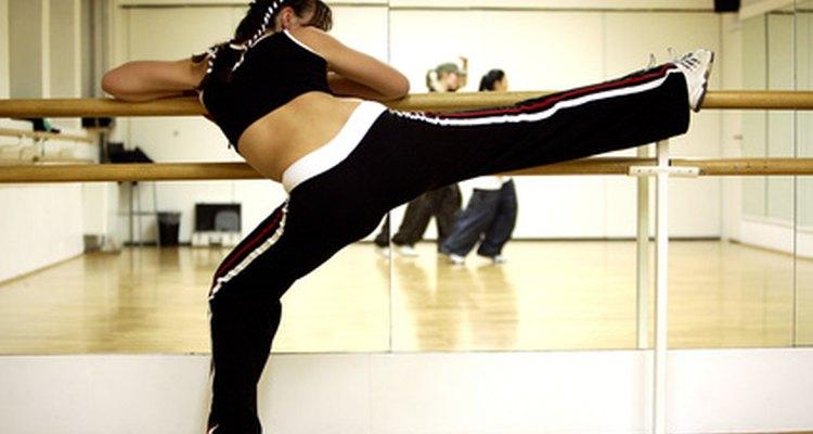 Os praticantes de kickboxing devem fazer alongamento antes do treino