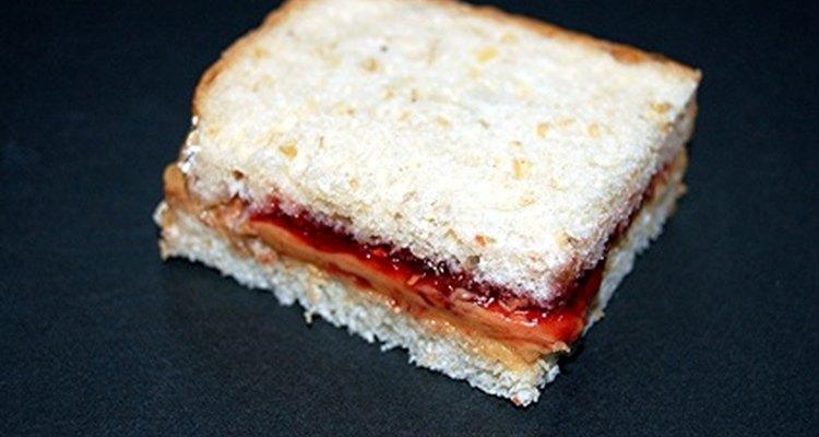 Atrae a muchas hormigas con una combinación de mantequilla de maní y gelatina.