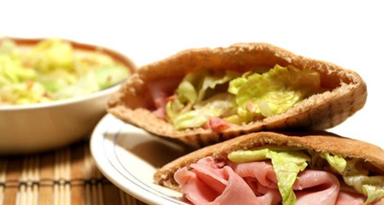 Prueba este pan de pita sabroso con hummus y vegetales.