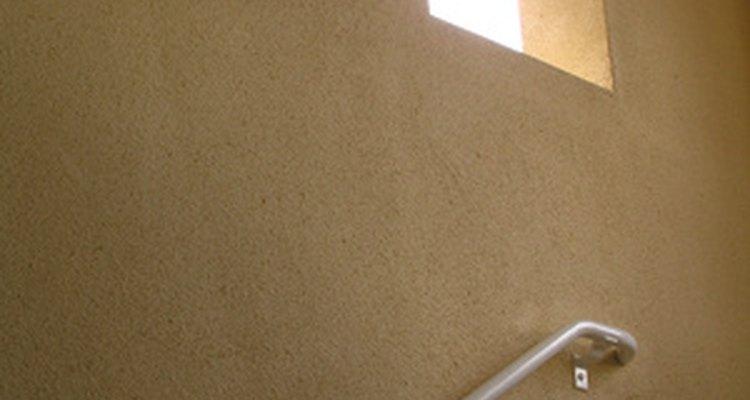 Pintar pode transformar o visual das paredes de uma escada