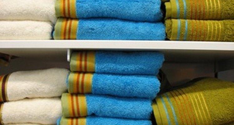 Forzar demasiadas sábanas en un estante queda poco atractivo y disminuye su utilidad.