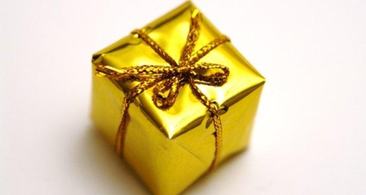 Os presentes embalados em papel dourado são uma boa ideia