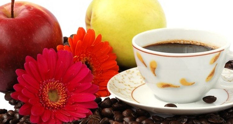 Café, fruta, flores y una taza de té, todos pueden ser elementos en una canasta de desayuno para regalo.