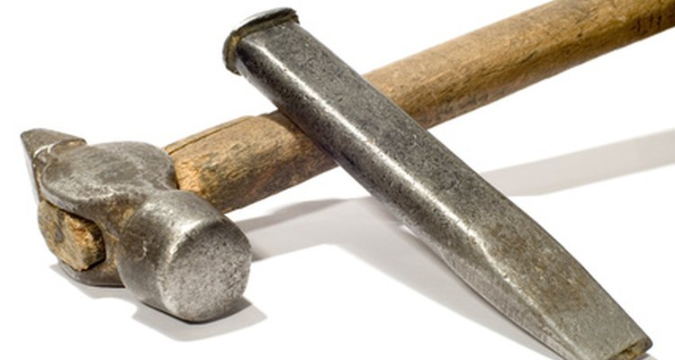 Martelo e cinzel pode ser uma opção para quebrar ímãs duros