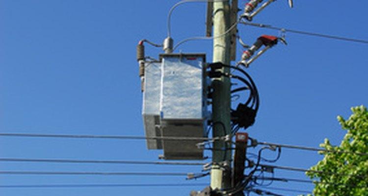 Los cables eléctricos y de comunicación están dispuestos en un poste eléctrico en las zonas jerárquicas.