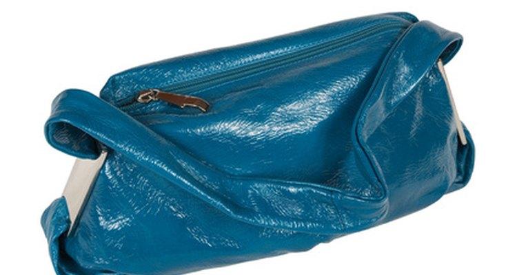 Produtos comuns encontrados em casa podem limpar uma bolsa de couro envernizado