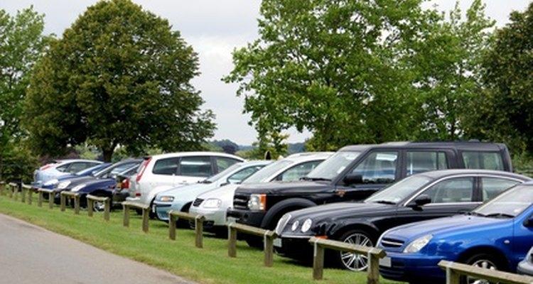 Os espaços pequenos e os veículos largos levam a vários arranhados em para-choques nos estacionamentos
