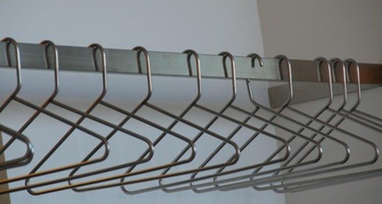 La altura estándar de las barras de armarios es a 66 pulgadas (167,64 cm) del piso.