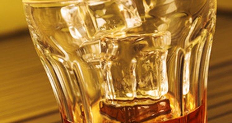 Cualquier persona que fabrica, distribuye o vende alcohol en el estado de Texas debe tener las licencias y permisos necesarios de la TABC.