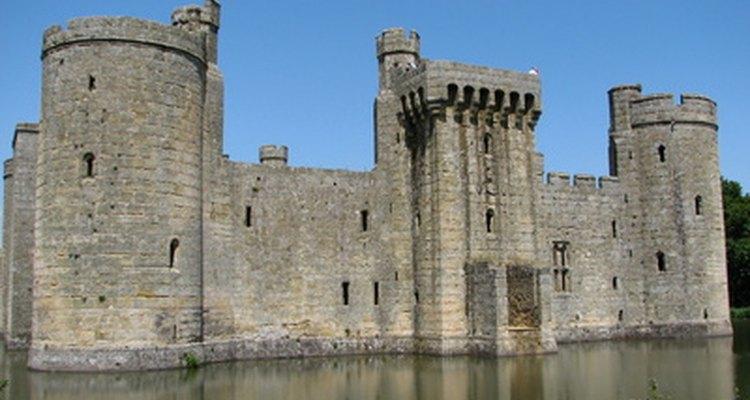 Pode existir um fosso entre o muro externo e o terreno do castelo