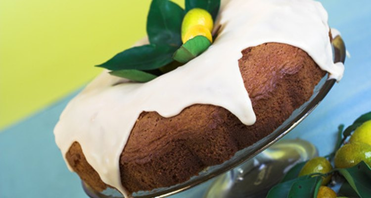 Mejora una mezcla básica de pastel amarillo añadiendo ron negro.