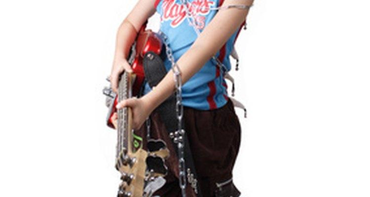 En la búsqueda de su identidad, los adolescentes experimentan cambios en los estilos y modas pasajeras de vestimenta.