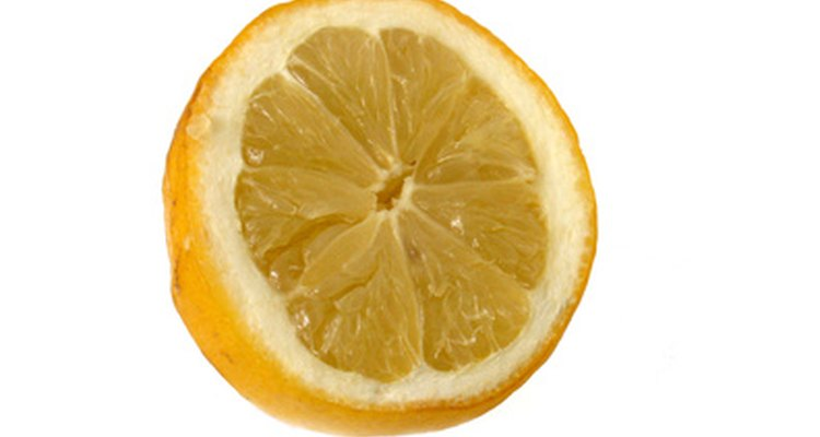 O suco de limão fecha seus poros e deixa os cravos menos notáveis