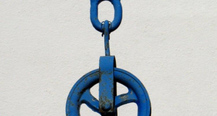 El sistema de poleas diferenciales suele utilizarse en talleres de reparación de autos.