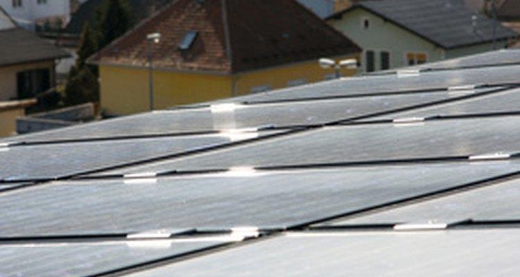 Los paneles solares convierten la luz del sol en electricidad.