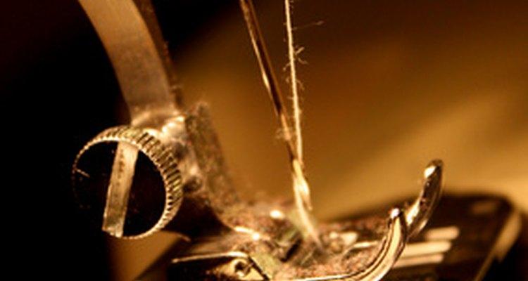 Agrega tu toque creativo y personalizado a tu proyecto de costura con nombres bordados a máquina.