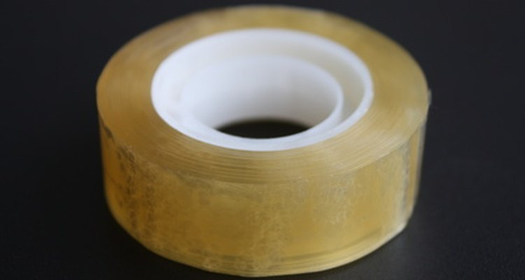 Fixe o protetor na superfície com fita nas partes superior e inferior da mesa