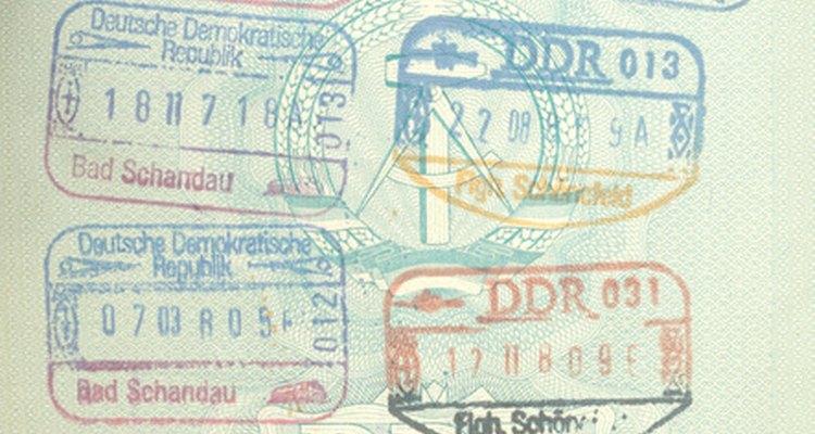 Puedes traer a tu pareja extranjera a los Estados Unidos con una visa para prometidos.