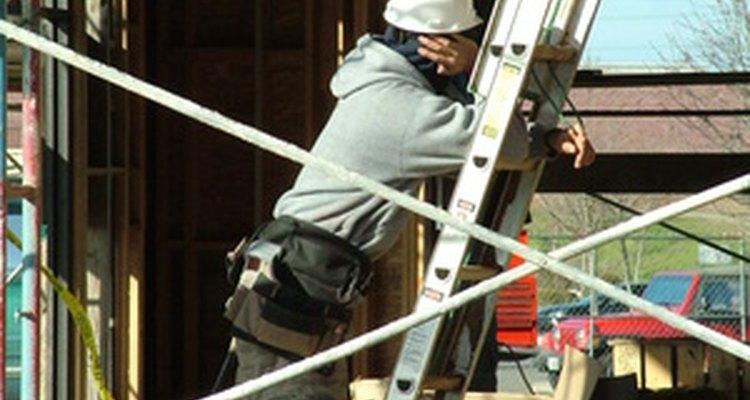 Los trabajadores de la construcción construyen casas y edificios comerciales.