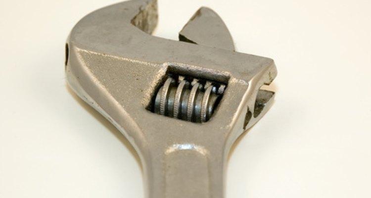 Se cuidadoso en ajustar la llave ajustable de manera bien apretada para evitar redondear la tuerca.