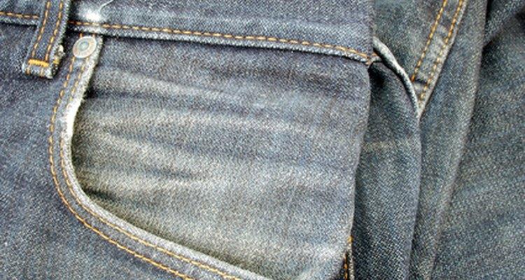 Un par de jeans con bolsas ligeramente lavadas con piedra.