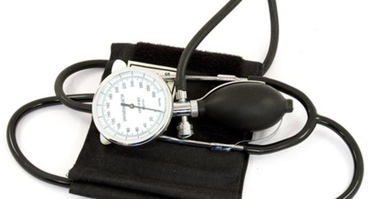 Um esfigmomanômetro com a bomba de encher e o indicador