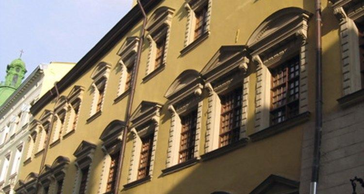 Teniendo ventanas enfrentadas se generan corrientes de aire cruzadas ideales para refrescar un hogar.