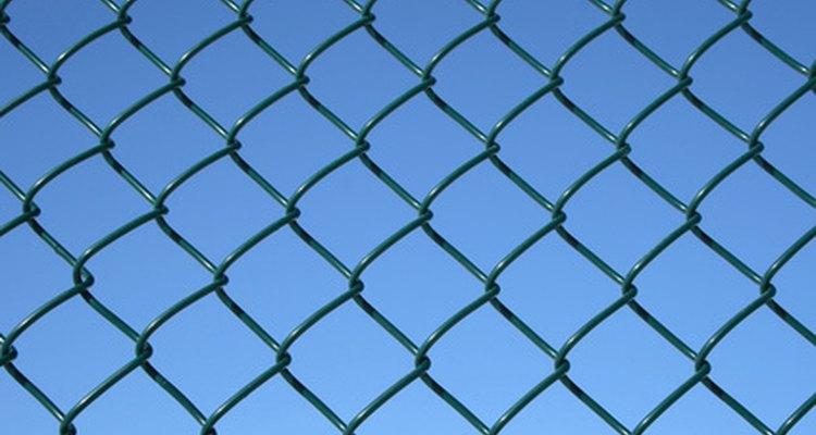 Algumas empresas oferecem cercas de tela de arame revestida de vinil para maior resistência às intempéries