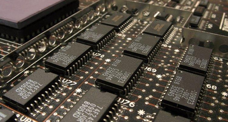 Núcleos de ferrite são usados para bloquear a interferência destrutiva no cabo de alimentação ou de interconexão