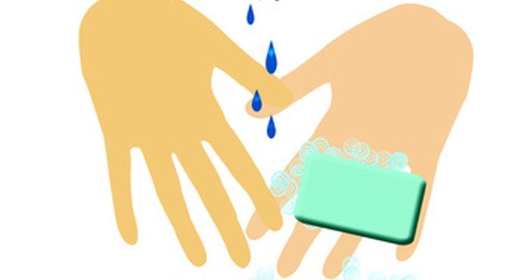 El jabón y el agua y los geles sanitizadores son dos opciones para limpiar tus manos.