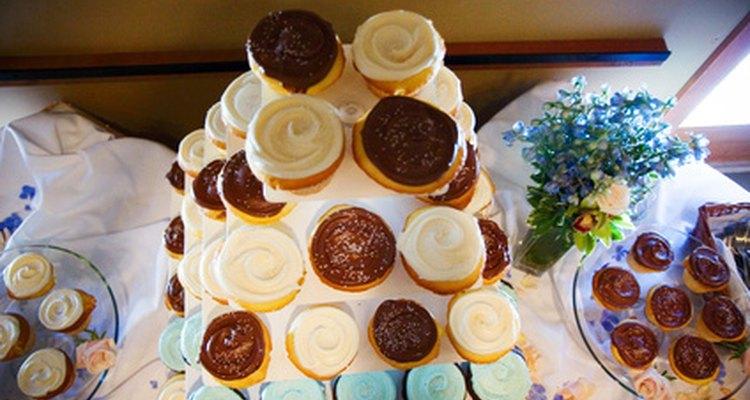 Os cupcakes ficam irresistíveis com cobertura de caramelo