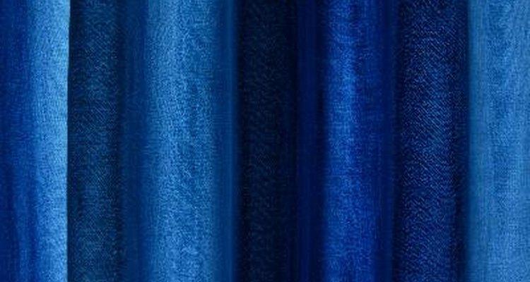 Un vestido azul marino combina muy bien con unos zapatos de color caramelo.