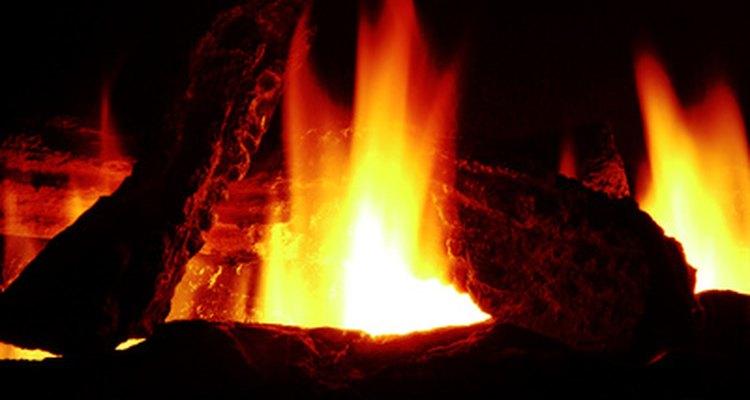 Crie um fogo falso com papel celofane e um ventilador