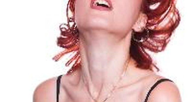 Várias mulheres pintam o cabelo para melhorar sua aparência e auto estima