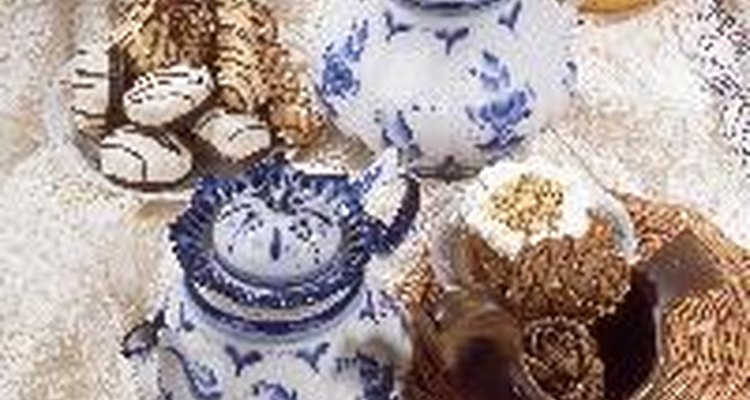 Los pasteles para el té combinan bien con té, como su nombre lo indica.